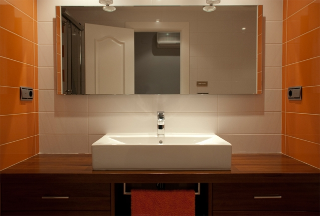 Muebles de madera en el baño